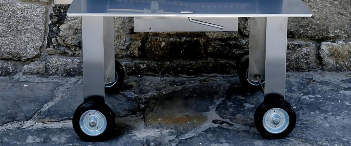 Fotografía con detalles de las ruedas de una de nuestras barbacoas portátiles.